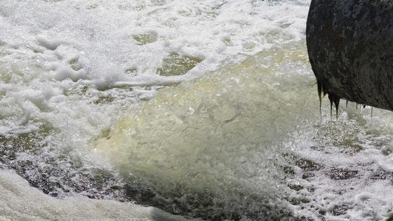 Вода выливается из трубы
