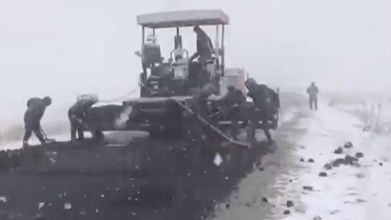Асфальт укладывали в снегопад в Алматинской области