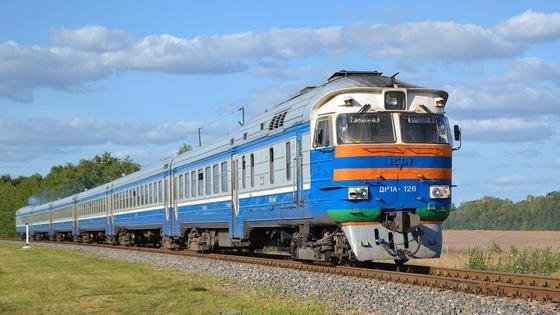 Синий поезд едет по рельсам