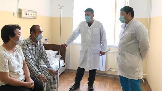 Врачи разговаривают с пациентами в Шымкенте