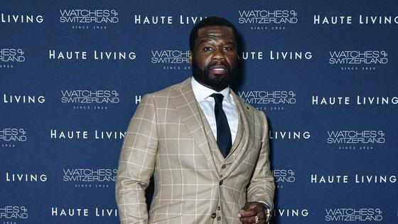 50 Cent в светлом костюме