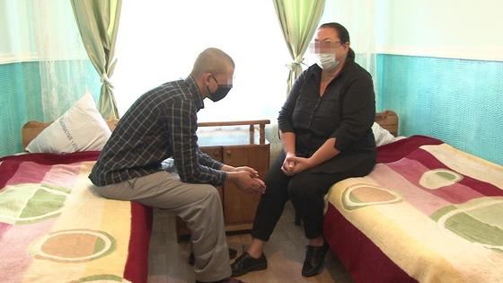 Казахстанка разговаривает с сыном в колонии, прилетев из Барселоны