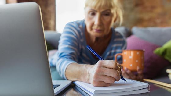 Женщина считает свою пенсию