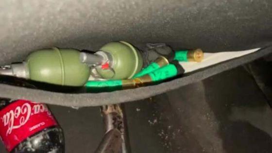 Два муляжа гранаты лежат в сумке переднего сиденья автомобиля