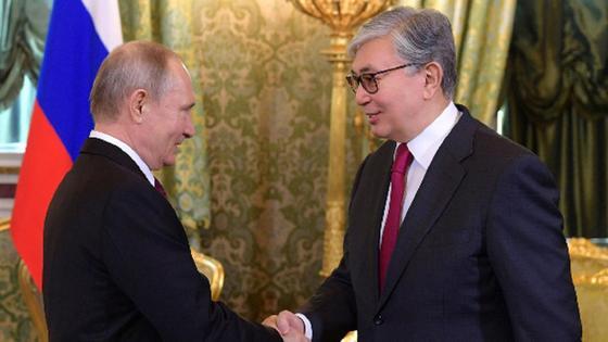 Путин мен Тоқаев қол алысып тұр1