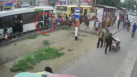 Люди садятся в автобусы Уральска