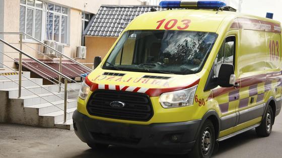 Автомобиль скорой помощи стоит у лестницы