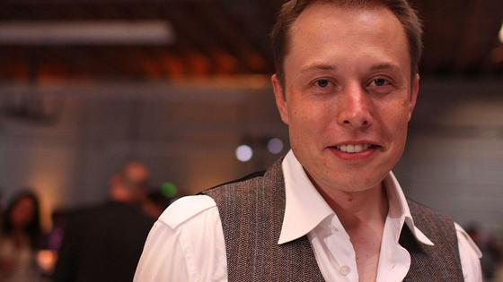 Илон Маск улыбается