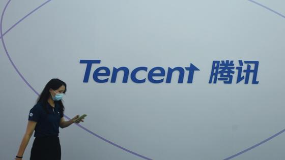 Девушка в маске на фоне логотипа Tencent