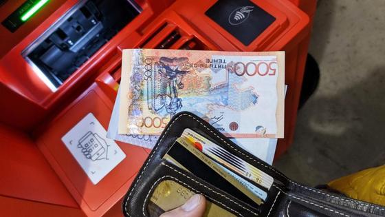 Мужчина снял деньги в банкомате