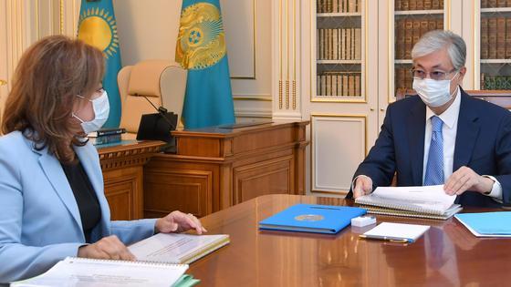 Касым-Жомарт Токаев и Мадина Абылкасымова сидят за столом
