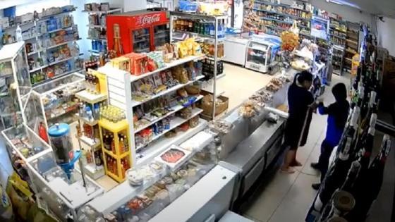 мужчина напал на женщину в магазине