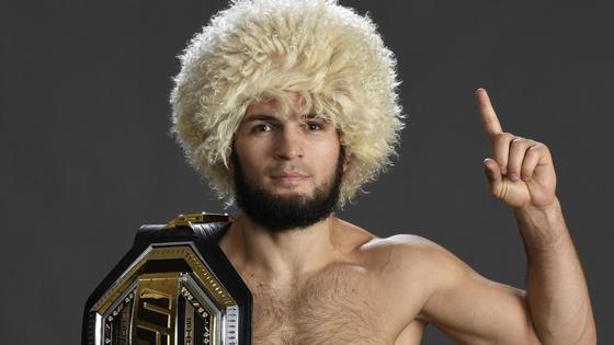 Хабиб Нурмагомедов в шапке и с поясом на плече