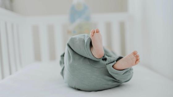 Младенец лежит в кроватке