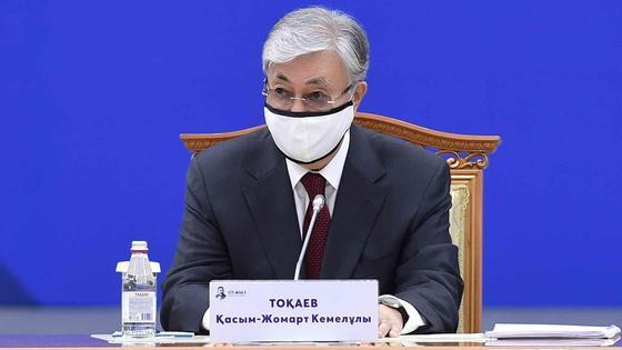 Касым-Жомарт Токаев сидит за столом