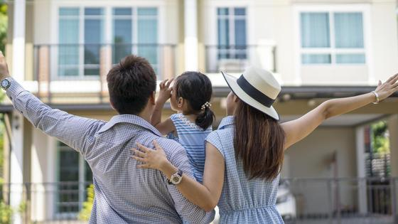 Семья радуется купленному дому