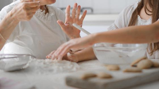 Две женщины готовят за столом