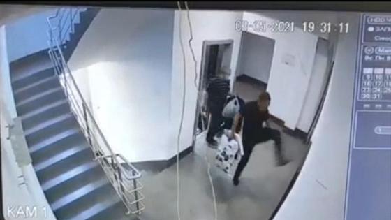 Мужчина дерется с лифтом