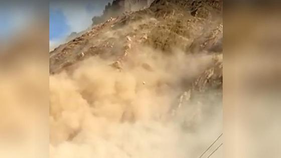 Оползень сходит с горы в Кыргызстане