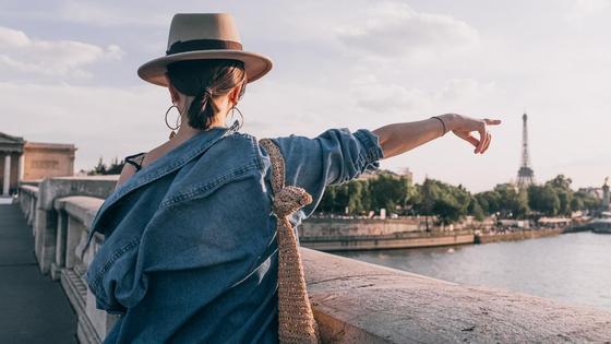 девушка в джинсовой рубашке в Париже