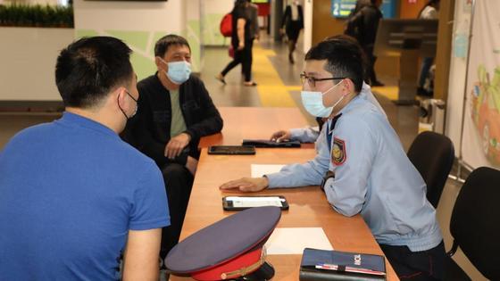 Полицейский общается с гражданами