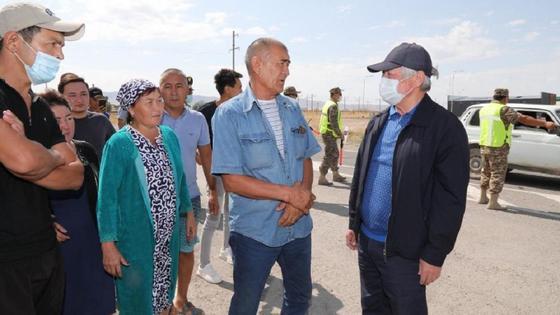 Сапарбаев с местными жителями