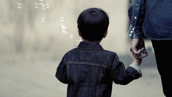 Ребенок держит взрослого за руку