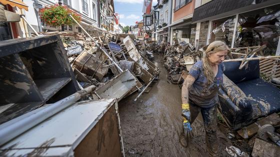 Женщина у обломков после наводнения в Германии