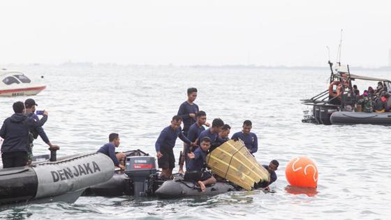Спасатели работают на вероятном месте авиакатастрофы