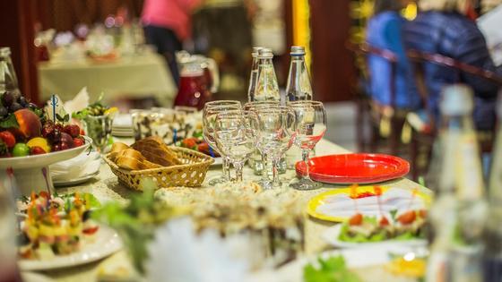 Еда стоит на столе