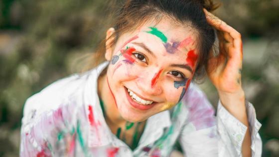 Девушка испачкала лицо и одежду в краске