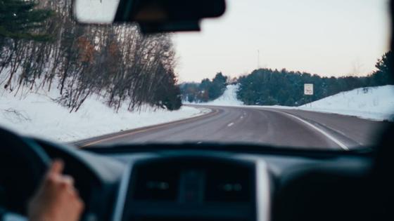 Водитель едет по трассе