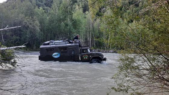 Автомобиль застрял в реке