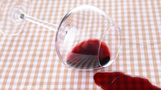Вино из бокала пролилось на скатерть