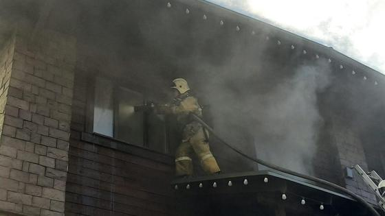 Пожарные тушат возгорание в банном комплексе
