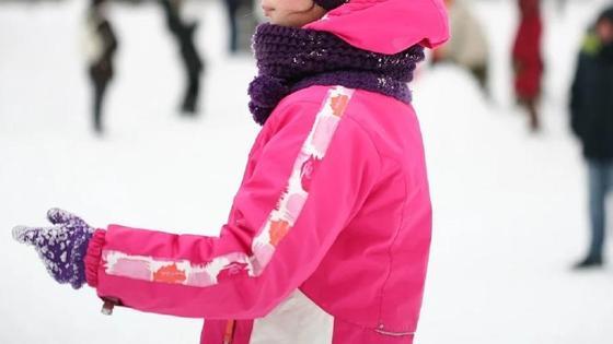Девочка в розовой куртке зимой