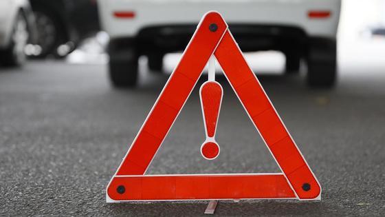 Раскладной дорожный знак стоит на асфальте