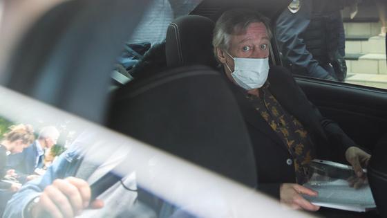 Михаил Ефремов сидит в машине