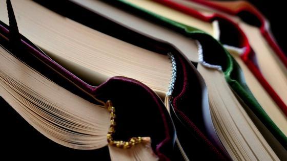 Раскрытые книги лежат друг на друге