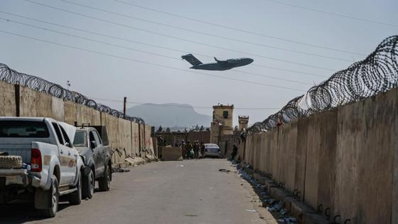 Самолет пролетает над Кабулом