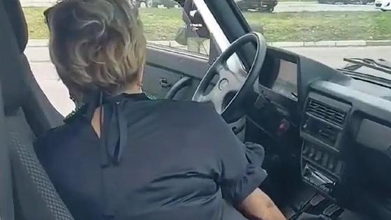 Чиновница из Усть-Каменогорска сидит в машине