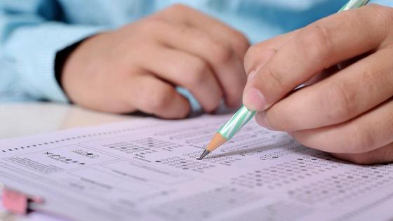 Ученик заполняет бланк ответов