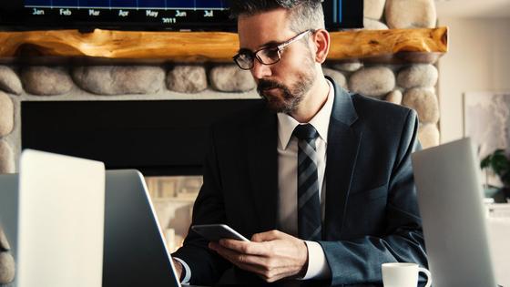деловой мужчина работает за компьютером
