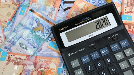 Калькулятор лежит на куче денег