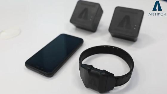 Комплект электронных браслетов лежит на столе