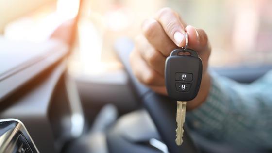 Рука держит ключ от автомобиля