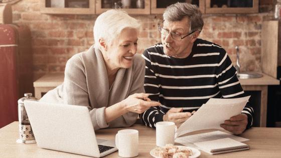 Мужчина и женщина обсуждают написанное на листке
