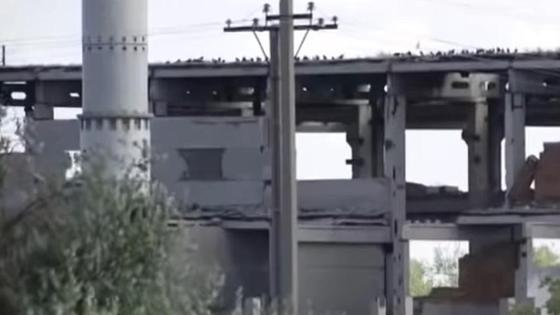 Разрушенное здание в деревне в СКО
