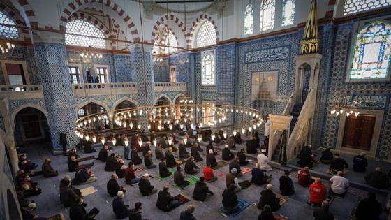 Мусульмане читают намаз в мечети