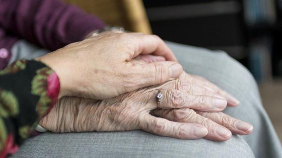 Руки пожилых людей